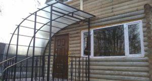 Стильное оформление фасада: козырьки и навесы над входом в дом. Требования к конструкции козырьков над входом.